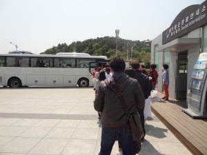 Antri yaaaa naik bus nya...