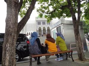 Ibu2 orang Indonesia juga, tapi mereka ikut tour