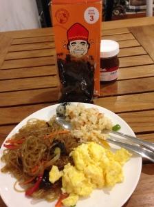 Menu sarapan di Hotel (rendangnya gue yang bawa dari Indo)